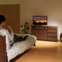 【完成品・国産家具】ベッドルームで大画面シアターシリーズ チェスト 幅45高さ70cm (ウ)ダークブラウン コーディネート例  第2のテレビを寝室に置くことで、 画面を独り占めする贅沢を心ゆくまで味わえます。