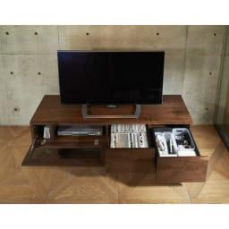 大画面対応ウォルナット天然木テレビ台シリーズ テレビ台・テレビボード 幅200cm 使用イメージ 引き出しにリビングの小物をまとめて収納できます。 ※写真はテレビ台・幅150cmです。