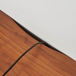 天然木無垢材のテレビ台・テレビボード ウォルナット天然木 幅200cm テレビ台の後方にコードを通す欠き込みがあり、壁にぴったり付けられます。