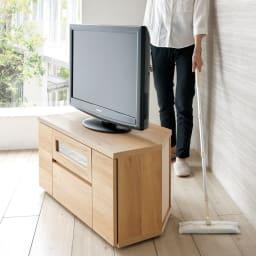 天然木調お掃除がしやすいコーナーテレビ台・テレビボード 幅90cm 隠しキャスター付きで移動がスムーズ。背面のお掃除もラクにできます。ストッパー付きで固定もしっかり。