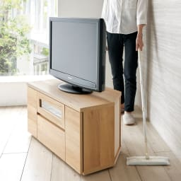 天然木調お掃除がしやすいコーナーテレビ台 幅120cm 隠しキャスター付きで移動がスムーズ。背面のお掃除もラクにできます。ストッパー付きで固定もしっかり。※写真は幅90cmタイプ。