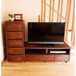 アルダー天然木アールデザインテレビ台・テレビボード 幅124cm シリーズ他チェストとの組み合わせ。40型テレビを設置しています。