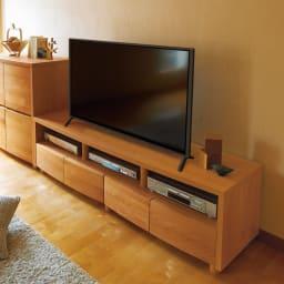 アルダー天然木アールデザインテレビ台・幅164cm 柔らかな印象の(ア)ライトブラウン色。部屋を格調高く演出します。※テレビサイズは50インチのイメージです。