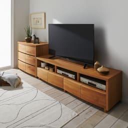 アルダー天然木アールデザインテレビ台・幅164cm 使用イメージ(ア)ライトブラウン。設置テレビは50インチ