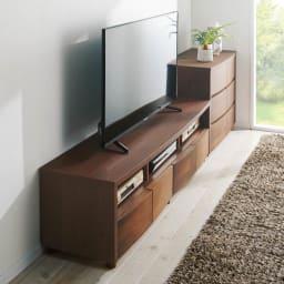アルダー天然木アールデザインテレビ台・幅164cm 使用イメージ(イ)ダークブラウン ロングセラーのアールデザイン。カーブを描く優しいデザイン。アルダー天然木の美しい風合いが際立ちます。