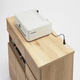 背面にルーターをひとまとめ!リビング収納キャビネット 幅90cm 天板にはコンセント付き。PC作業台や電話置きにも。