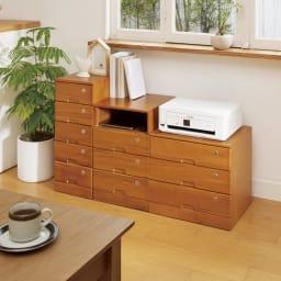 鍵付きで安心!隠しキャスター付き天然木チェスト 4段タイプ・高さ53cm 使用イメージ(ア)ブラウン リビングに置いても映えるデザイン。 ※写真左から5段タイプ、3段+オープンタイプ、3段タイプです。