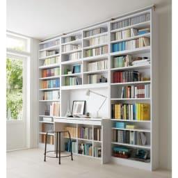 本好きの為のデスクシリーズ デスク本体 幅90cm 使用イメージ(ア)ホワイト ※写真は左からシェルフ幅75、デスク幅120、シェルフ幅75に各サイズ上置きを組み合わせております。こちらはデスクのみのお届けとなります。※天井の高さ244cm