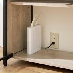 ワークライフバランスのためのフォールディングデスク+シェルフ 幅64cm奥行35cm 床から約40cmまで背板がなく、壁のコンセントが使えます。