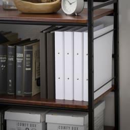 木目調収納ラック幅95cm奥行36cm A4ファイルやファイルボックスが収まる本棚は、お持ちのデスクに合わせて使っても便利です。オープン棚は検索性が高く資料が一目で見つかります。