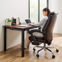 オットマン付きハイバックオフィスチェア 背中をすっぽりカバーするハイバックチェア。オットマンは、邪魔にならずに収納できます。