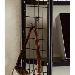 壁面を有効活用できる 幅伸縮 頑丈ラック 突っ張り6段 小物掛けに便利なフック3個付き。