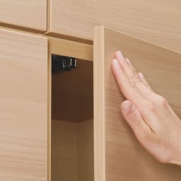 奥行34cm薄型なのに収納すっきり!スマート壁面収納シリーズ テレビ台 ミドルタイプ 幅155cm 扉は、軽く押すだけで開閉できるプッシュラッチ式を採用。