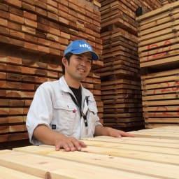 国産杉頑丈突っ張りラック(本棚) 幅99cm奥行22cm 播磨の製材所で仕上げる「杉」をふんだんに使用。兵庫県宍粟市(播磨)の「兵庫木材センター」は、主に建築材を生産する製材所です。木材の含水率の測定や打撃による強度計測などを徹底管理し、2週間以上かけて丁寧に製材します。