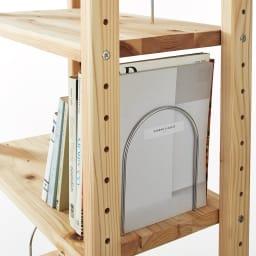 国産杉頑丈ディスプレイ本棚(ヴィンテージ風ラック) 幅60cm 扉タイプ 全段に本が倒れにくい金具付き。棚板1枚につき5ヶ所に付け替えられ、こぼれ止めやブックエンドとして使用できます。