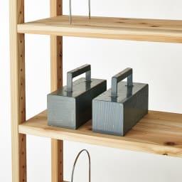 国産杉頑丈ディスプレイ本棚(ヴィンテージ風ラック) 幅80cm 引き出しタイプ 建築材にも使われる国産杉で、棚板1枚当たり耐荷重約50kgの頑丈さを実現。本をたっぷりとしまえる頼もしい設計です。※棚板の追加購入が可能です。