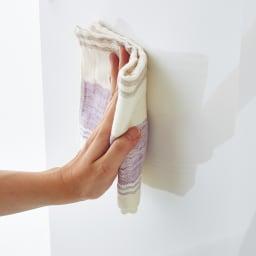 隠しキャスター付き前後段違い光沢本棚 扉タイプ 幅59cm 天板と前板は美しい輝きの光沢仕上げで、汚れもサッと拭き取れます。