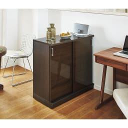 隠しキャスター付き前後段違い光沢本棚 引き戸タイプ 幅88cm 間仕切りとしても使用できます。 (イ)ダークブラウン