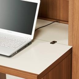 重厚感のあるがっちりデスクと扉が選べる本棚上下セット+天井突っ張り金具 デスク天板奥にコード類を通せるすき間を設けました。