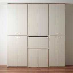 重厚感のあるがっちりデスクと扉が選べる本棚上下セット+天井突っ張り金具 コーディネート例(イ)ホワイト(木目)