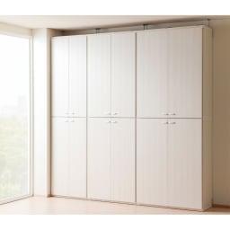 重厚感のあるがっちり本棚 板扉上下セット高さ228cm+天井突っ張り金具 コーディネート例(イ)ホワイト(木目)