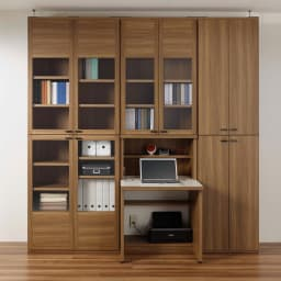 重厚感のあるがっちり本棚 板扉上下セット高さ228cm+天井突っ張り金具 コーディネート例(ア)ブラウン