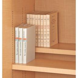 日用品もしまえる頑丈段違い書棚(本棚) 幅80cm 高さ180cm (1枚で奥行18.5cm)棚板は、収納物に合わせて前後段違いにもできます。