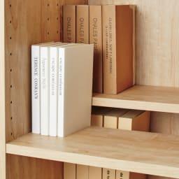 天然木調ブックシェルフ 高さ110cm 棚板を前後段違いにすれば、収納量も選びやすさもアップ。(奥行内寸19cm)
