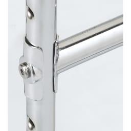 プロ仕様 伸縮頑丈ハンガーラック ダブルタイプ 幅122~152cm 補強バーの固定方法もこだわりました。ネジだけで閉めるよりも強度をUPするため 面で固定する方法を採用。 スチール製のプレートがパイプをしっかり挟み込み固定します。