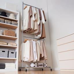 プロ仕様 上下2段頑丈ハンガーラック 幅87cm 上下2段掛けで使えば服が選びやすく、出し入れがスムーズに行えます。