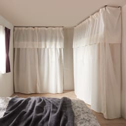 ウォークイン突っ張りハンガー 幅111~200cm・ロータイプ(高さ185~245)・上下カーテン付き (Step 3) 付属のカーテンを閉めれば見た目すっきり!生活感も隠せて寝室まわりの収納もノンストレスです!※側面のサイドカーテンは別売りです。