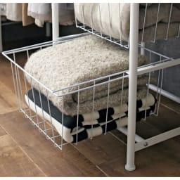 上下・左右カーテン付き ホワイトハンガーラック 引き出し付き・ハイタイプ(幅170~238cm) 中身がわかるバスケット引き出しは通気性が良く、セーターなどたたむ収納にも便利です。バッグの収納としても便利です。