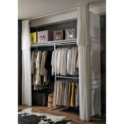上下・左右カーテン付き ホワイトハンガーラック 引き出しなし・ハイタイプ(幅137~230cm) 大量に衣類を掛けられる壁面収納ハンガー。上下左右のカーテン付きで日焼けやホコリから守ります。※写真はロータイプです。