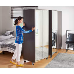 移動式間仕切りクローゼット ミラー扉タイプ・可動棚板4枚 大型ながら移動はすいすいラクチン。床のお掃除もしっかりできます。(※畳の上や絨毯の上での移動はおやめください。)