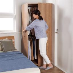 薄型で隠せる収納 衣類収納ロッカー ハンガータイプ 使用イメージ(ア)ブラウン