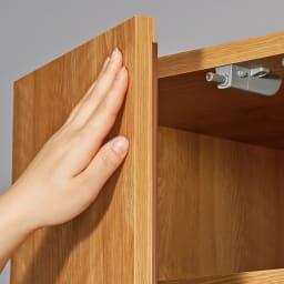 天然木調スタイルミラーワードローブ ハンガー引き出し2杯 幅80cm 扉は片手で軽く押すだけで開閉できるプッシュラッチ式を採用。