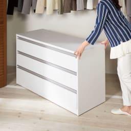 【ローチェスト】隠しキャスター付きワイドクローゼットチェスト 幅120cm・3段 物を入れた状態でも、女性一人でらくらく移動できます。