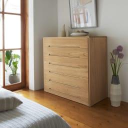 総桐オイル仕上げモダンチェスト 5段 高さ79cm 使用イメージ 洋風の寝室の収納にも。落ち付いた雰囲気を醸し出します。 ※写真は6段タイプです。
