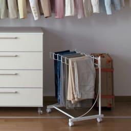 パンツ&ジーンズハンガーラック 6本掛け 幅52cm (ア)ホワイト 爽やかな印象でインテリアの邪魔をしないカラーです。
