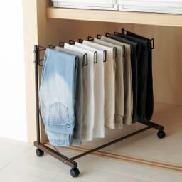 パンツ&ジーンズハンガーラック 10本掛け 幅75cm (イ)ダークブラウン 落ち着いた印象のダークブラウンも人気です。