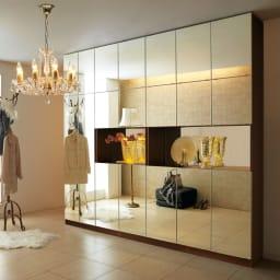 美しく飾れるシューズクローゼット 照明ライト付き 下駄箱幅119.5cm高さ180cm ≪組合せ例≫ (ウ)前面:ミラー・本体:ブラウン 天井高さ208~272cmに対応