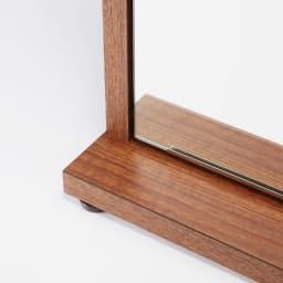静かに開閉するミラー扉の薄型シューズボックス 4段 幅70cm 脚部は約1cm調整可能なアジャスター付です。