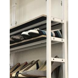 ブルックリン風突っ張り薄型シューズラック 幅105.5cm 奥行20cm 高さ230~270cm (ア)ブラック (イ)ホワイト ともに棚板の裏側は黒色になります。