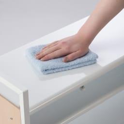 空間に美しく調和する伸縮自在木目調シューズラック 7段ワイド 棚はスチール製なので水や泥がついてもお手入れ簡単。