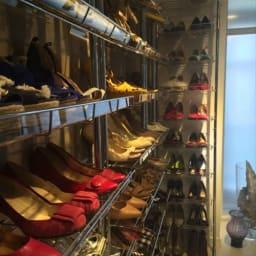 段差対応突っ張りアクリルシューズラック 4列タイプ 幅91.5cm まるでショップディスプレイのように靴も美しく輝きます。