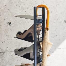 飾れるフロートシューズラック シングル7足用 シングルタイプの背面は傘掛けスペースとしても。