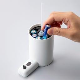 オートソープディスペンサー(液体タイプ)2個組 電池は本体にセット。洗面台・キッチンの天板が濡れていても、水が付きにくい仕様です。