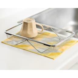 シンクの中でも外でも水切りメッシュかご 伸縮バーがスタンドに。調理台に置いても使用可。