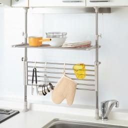 ステンレス伸縮つっぱりキッチンラック2段 幅は伸縮可。棚をたためばツール掛けにも。