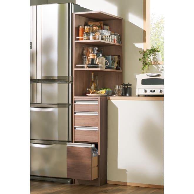 取り出しやすい2面オープンすき間収納庫 奥行55cm・幅30cm 使いやすい上段(オ)オリジナルウォルナット オープンタイプでキッチンの隙間をフル活用。下段のチェストもキッチン周りの整理に便利です
